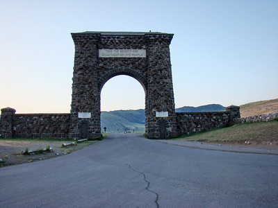 "Le ""fameux"" porche de l'entrée nord. Il est 5h55! Roosevelt Arch - The Roosevelt Arch is located just outside of the town of Gardiner Montana. It is a reminder of the 1903 Trip that Teddy Roosevelt made to Yellowstone. This was once the main gateway into Yellowstone National Park due to the fact that the National Park Railroad once had a Park Line from Livingston Mt to Gardiner MT. A depot use to be located here and where the present day school is located was the turn around for the trains. At this point the passengers disinbarked from the train and loaded into the stagecoaches for the 5 mile trip up to Mammoth Hot Springs."